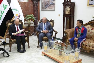 محافظ البصرة يستقبل الملاكم حسن علي ناصر الحائز على الميدالية الذهبية ببطولة الاندية العربية