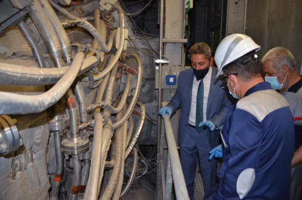النائب الاول لمحافظ البصرة يتابع ميدانيا بالصباح الباكر اعادة عمل الوحدات التوليدية لمحطة الرميلة الغازية