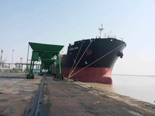 النقل : موانئ العراق تصدر 7300 طن من مادة دبس السكر الخام .