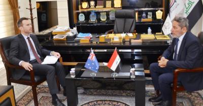 النائب الاول لمحافظ البصرة يبحث مع نائب السفير الاسترالي مواضيع متعددة تخص الشؤون الاقتصادية والاستثمارية والأمن والانتخابات المقبلة